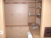 Penderie et bureau dans cabine avant babord