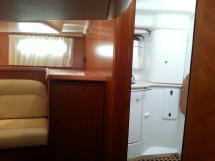 Sun Odyssey 54 DS - Entrée de la salle d'eau de la cabine arrière