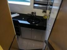 Accès salle de bain cabine avant Tribord
