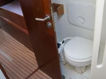 AYC Yachtbroker - JFA 45 Deck Saloon - WC de l'a salle d'eau avant