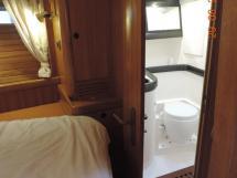 Salle d'eau tribord de la cabine avant avec WC