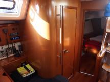 Oceanis 50 - Entrée de la cabine arrière tribord et de la salle d'eau arrière