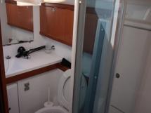 Oceanis 50 - Salle d'eau de la cabine avant