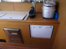Sun Odyssey 49 i - Plan de travail de la cuisine et lave-vaisselle