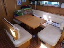 Sun Odyssey 49 i - Table et banquettes de carré