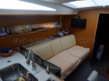 Jeanneau 53 - Banquette bâbord de carré