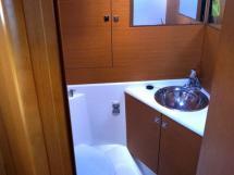 Jeanneau 53 - Salle d'eau de la cabine avant