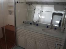 LEOPARD 23 Hard Top - Salle d'eau de la cabine centrale