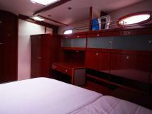 Hanse 531 - Bureau et rangements de la cabine avant