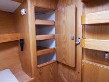 OVNI 395 - Penderie/étagères tribord dans la cabine avant