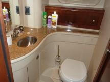 MERIDIAN 411 Sedan - Salle d'eau de la cabine centrale