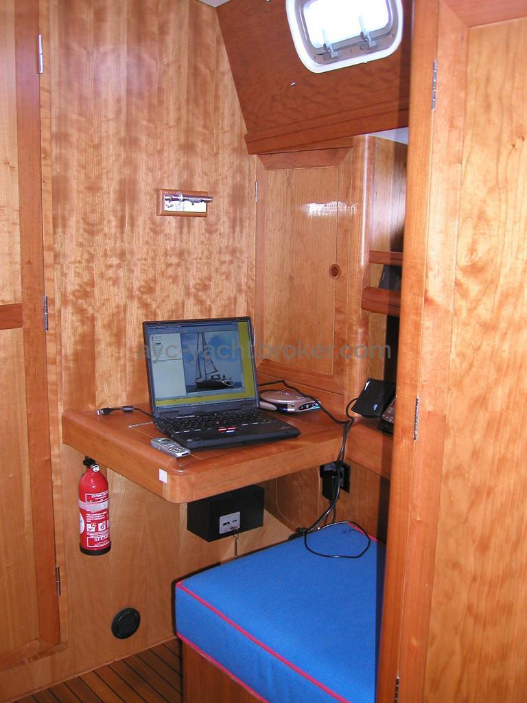 Universal Yachting 49.9 - Bureau de la cabine avant