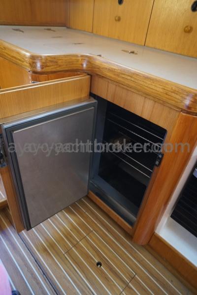 Réfrigérateur à ouverture verticale