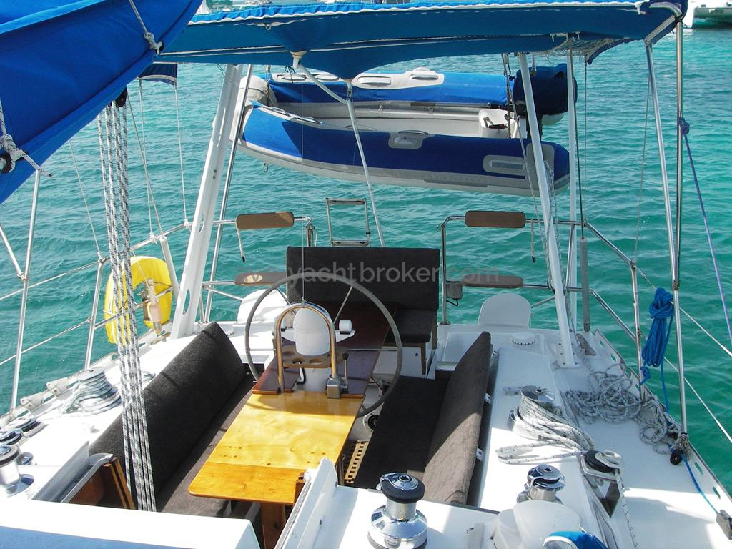 AYC Yachtbroker - Gael 43 - Cockpit et annexe sur bossoirs