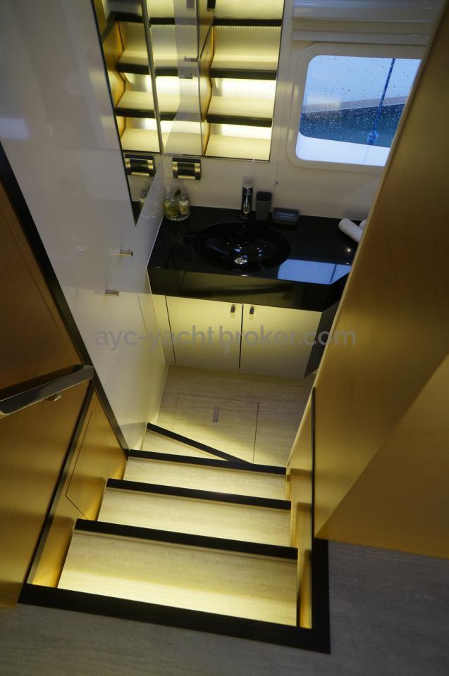 Accès salle de bain cabine avant Bâbord