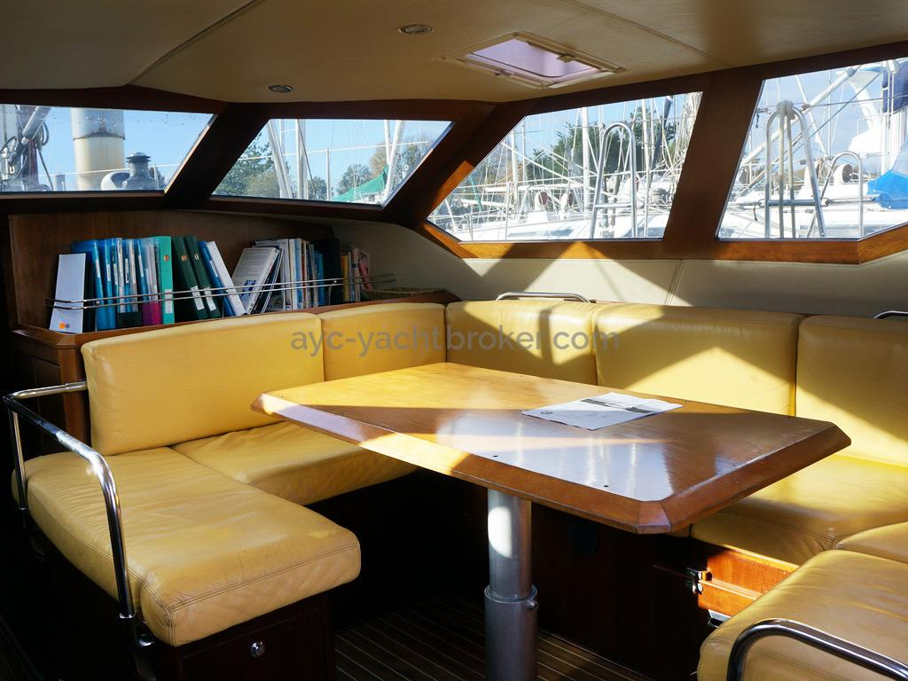 AYC Yachtbroker - JFA 45 Deck Saloon - Banquettes de carré en cuir
