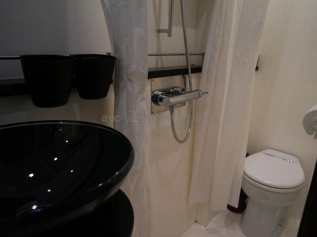 Salle de bain cabine arrière Bâbord