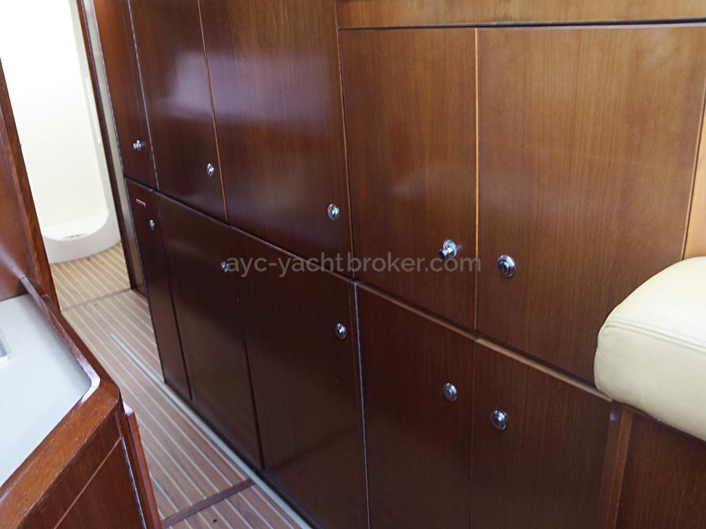 AYC Yachtbroker - JFA 45 Deck Saloon - Rangement dans la cuisine