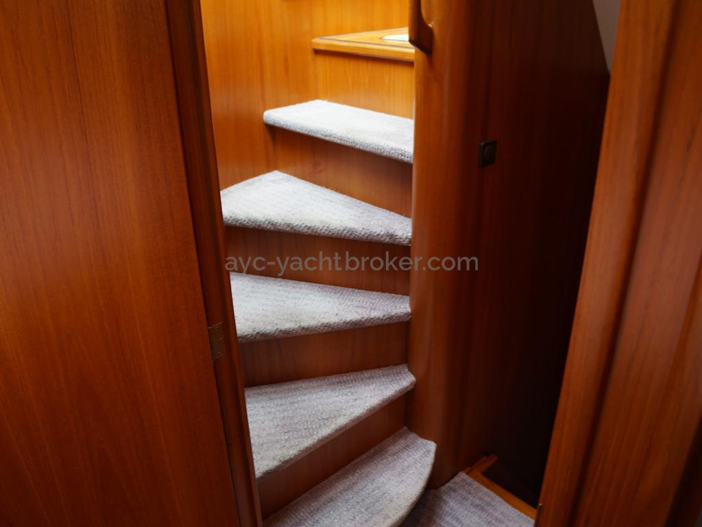 Searocco 1500 Trawler - Escalier tounant vers la partie nuit