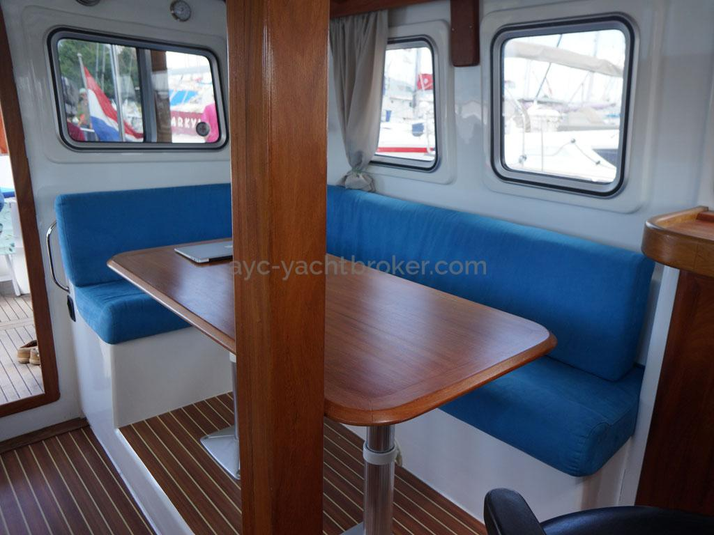 AYC - Trawler fifty 38 / Table du carré