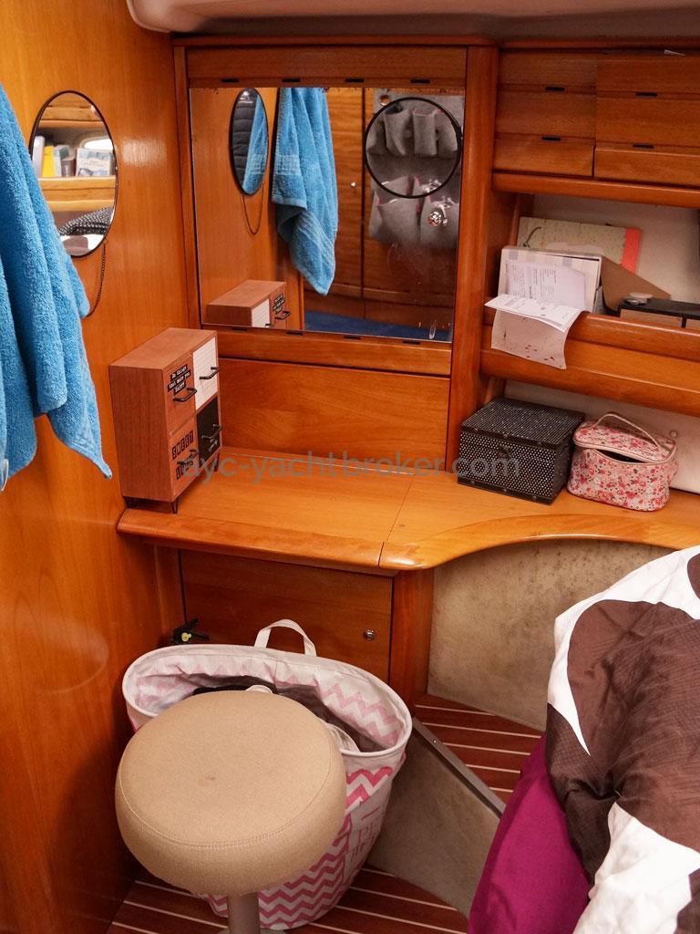 AYC Yachtbroker - Coiffeuse de la cabine avant