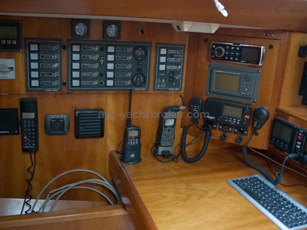 OVNI 455 - Table à cartes / électronique et électricité