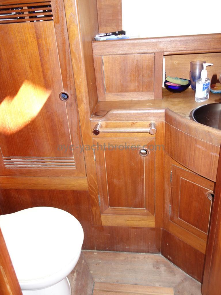 Universal Yachting 49.9 - Salle d'eau de la cabine avant