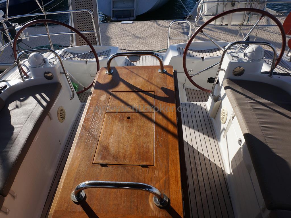 Jeanneau 53 - Table de cockpit et postes de barre