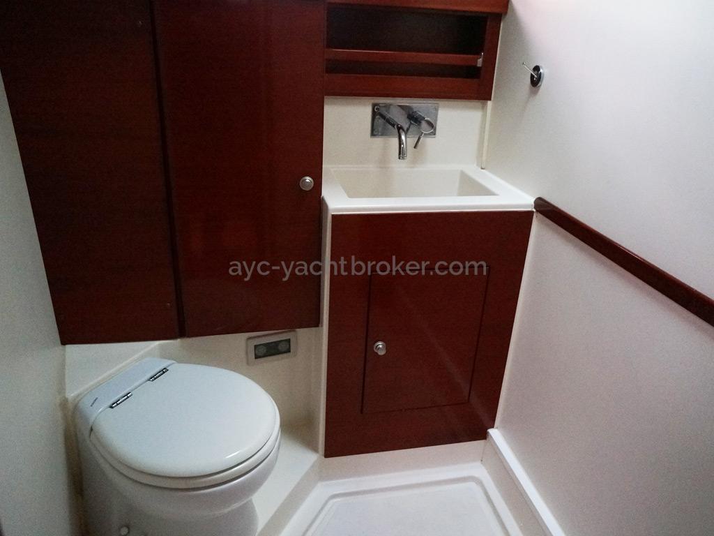 Hanse 531 - Salle d'eau privative de la cabine avant