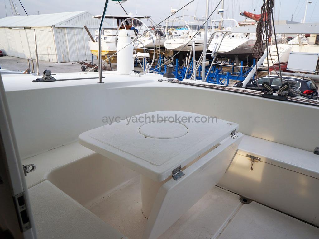 Nautitech 435 - Table de cockpit pliable avec glacière