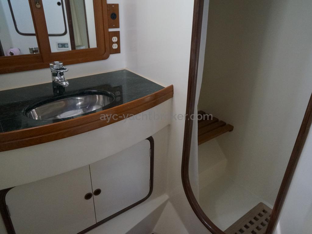 Tayana 58 - Salle d'eau de la cabine arrière