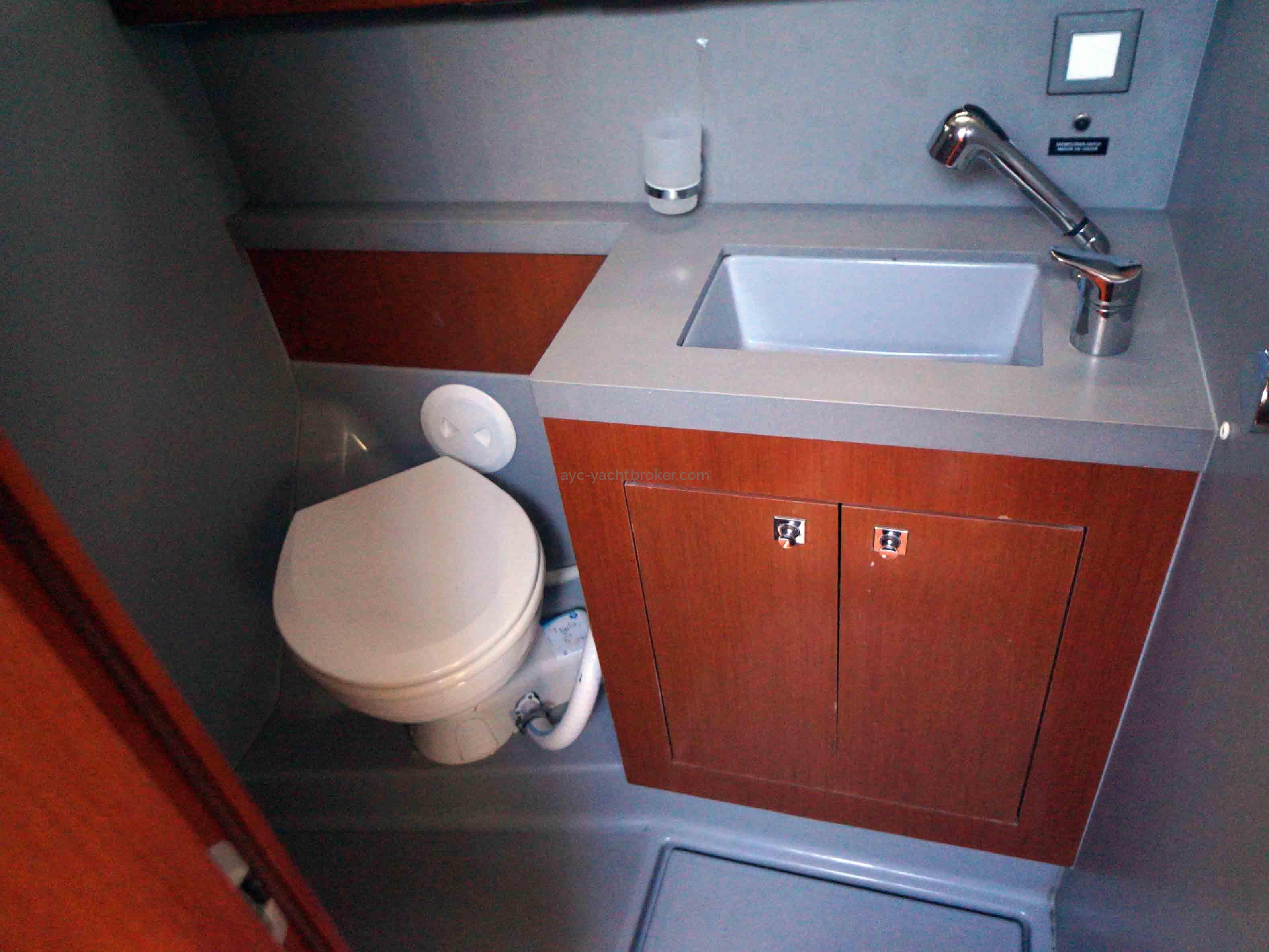 OCEANIS 55 - AYC International Yachtbrokers - Salle d'eau