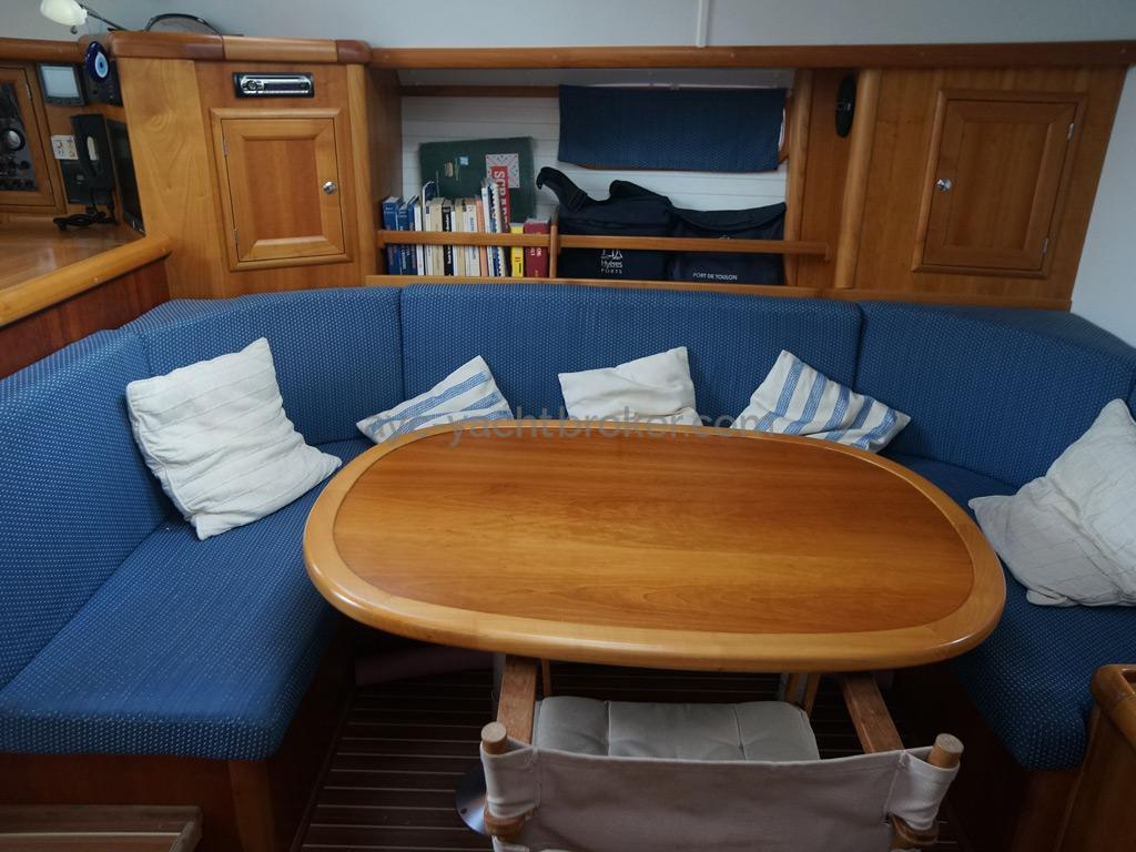 Universal Yachting 49.9 - Table et banquettes de carré