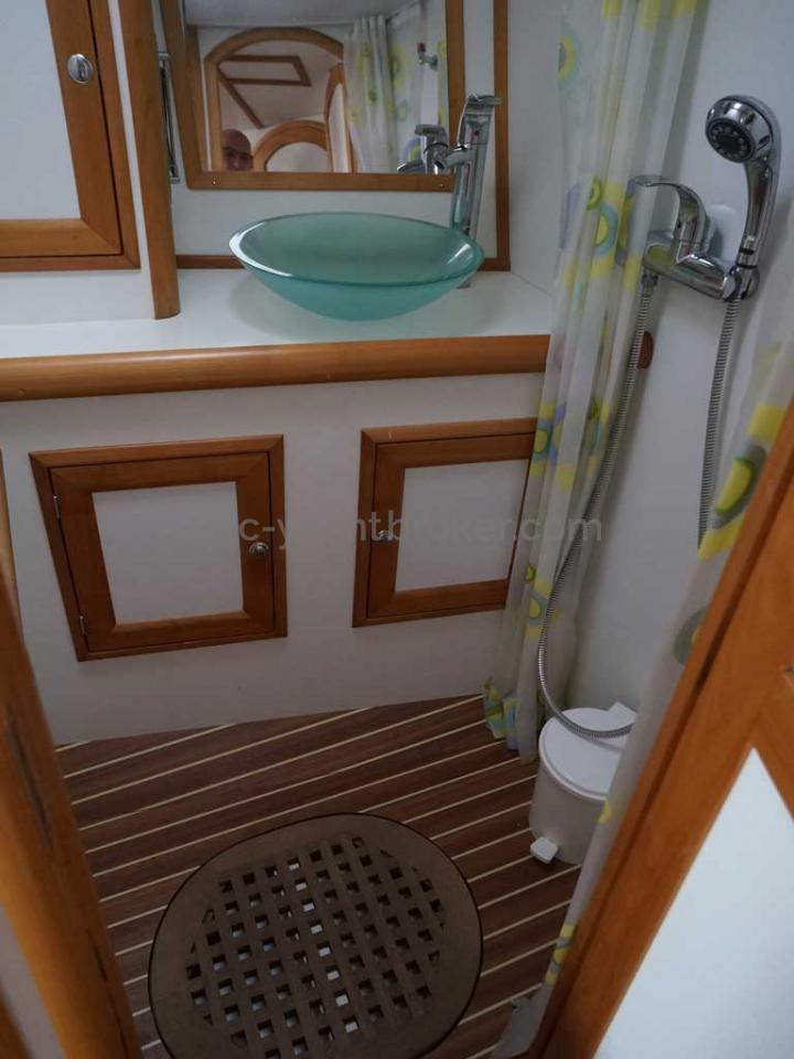 Universal Yachting 49.9 - Salle d'eau