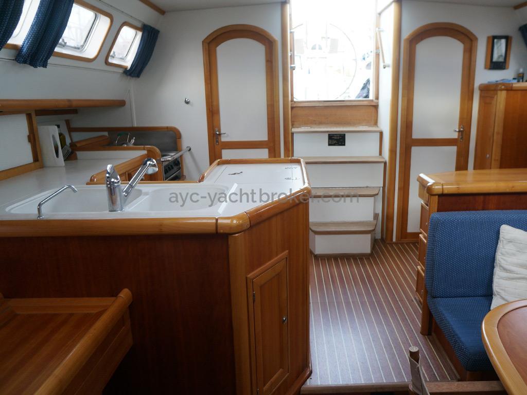 Universal Yachting 49.9 - Vue de la descente depuis le carré