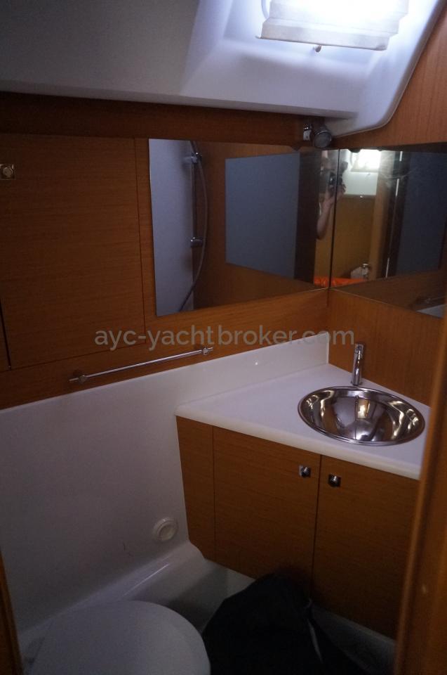 AYC - Jeanneau 57 - Salle d'eau arrière babord