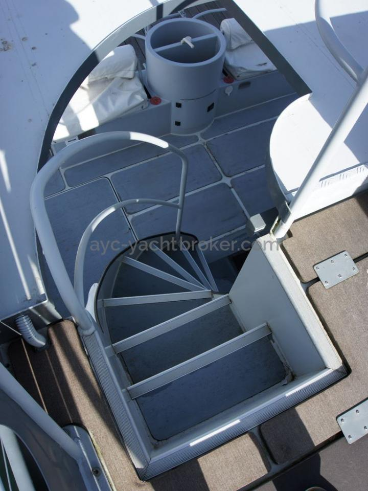 JXX 38' - Escalier de fly bridge