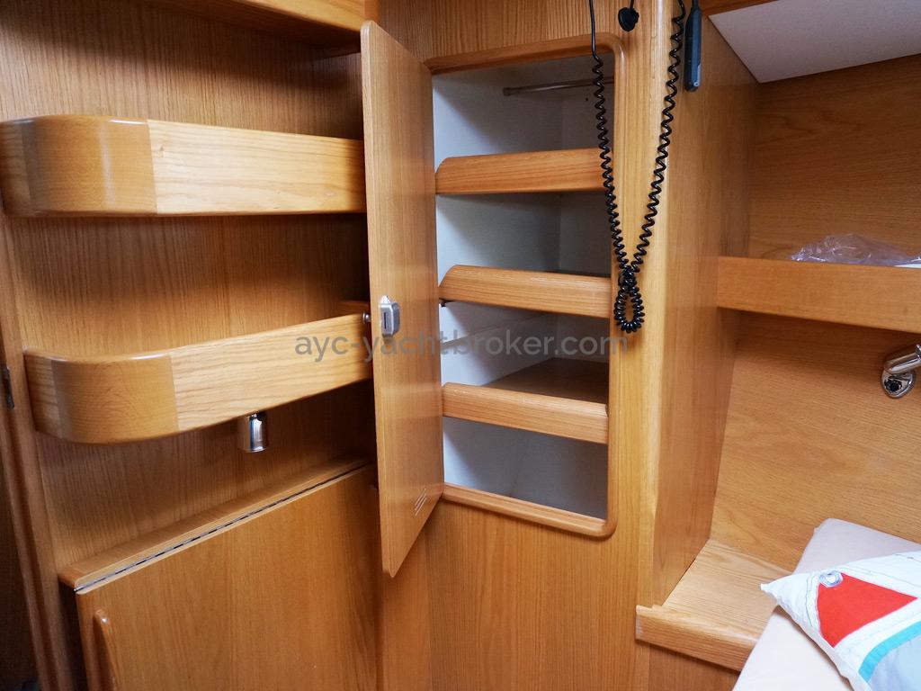 OVNI 395 - Penderie/étagères bâbord dans la cabine avant