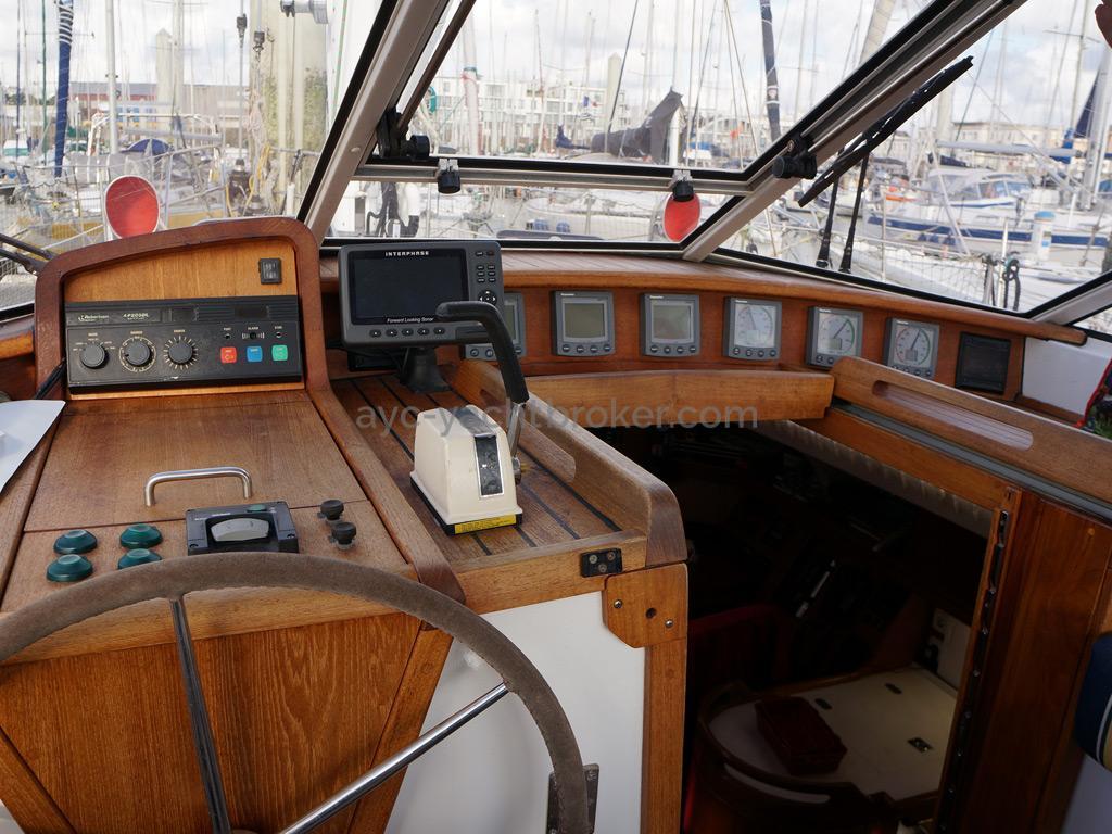 AYC Yachtbroker - Trintella 44 Aluminium - Poste de barre sous abri de veille