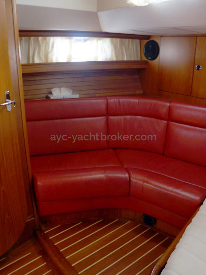 AYC Yachtbroker - Trintella 44 Aluminium - Banquette cuir de la cabine arrière
