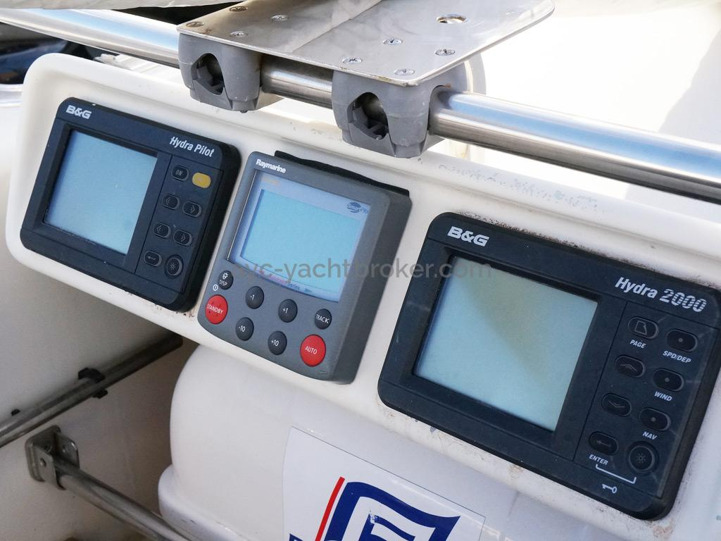 AYC Yachtbrokers - Tocade 50 - Commandes de pilote et afficheur à la barre franche