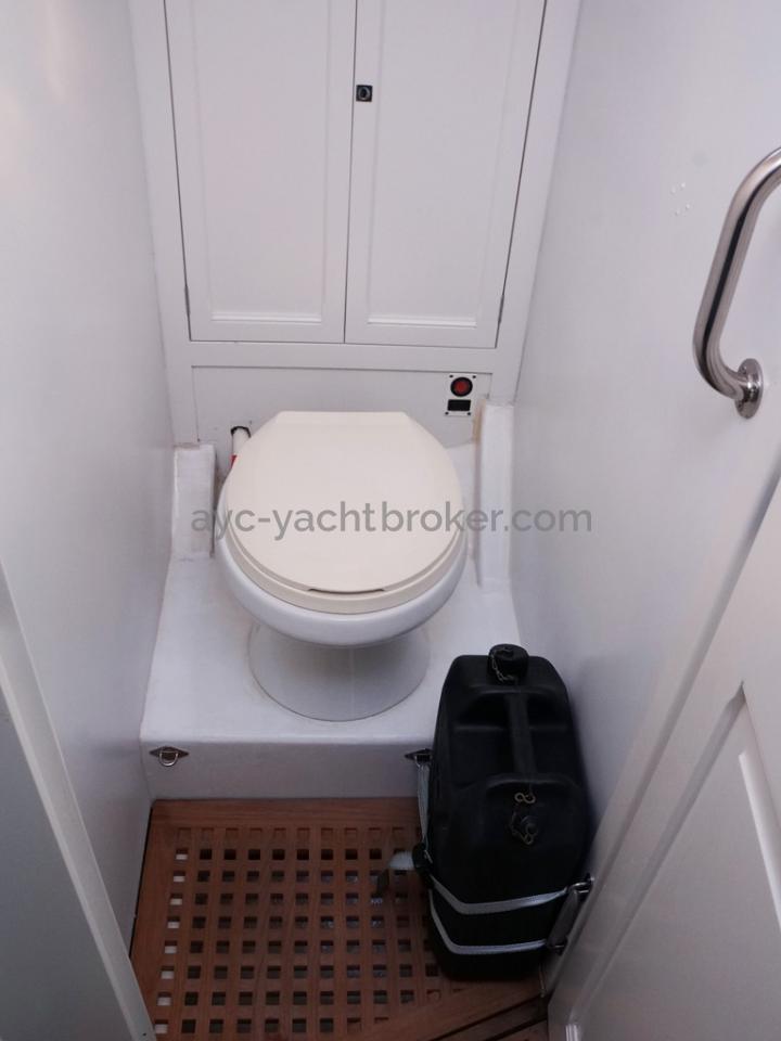 AYC Yachtbrokers - Tocade 50 - WC séparé de la cabine avant