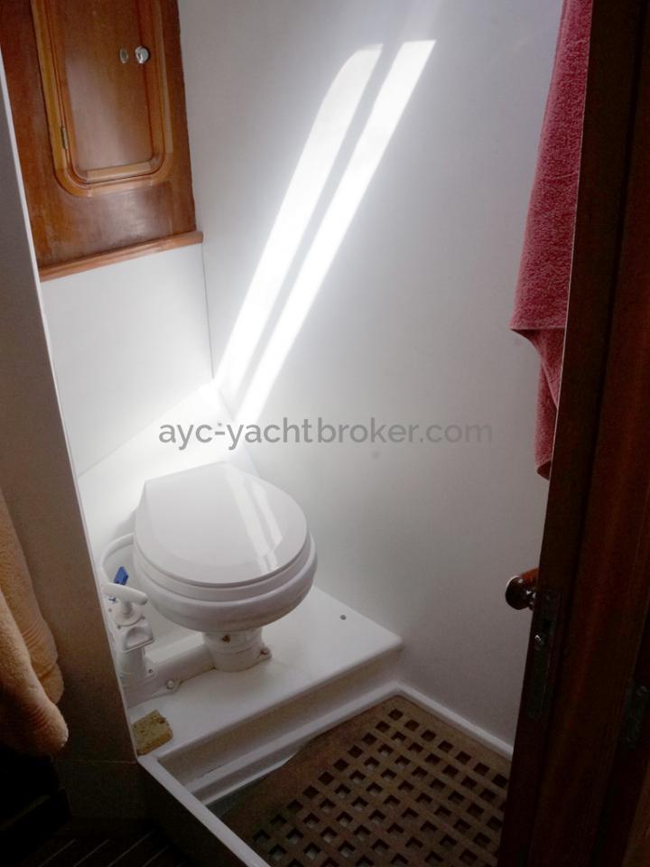 Alumarine 55 - WC de la salle d'eau avant tribord