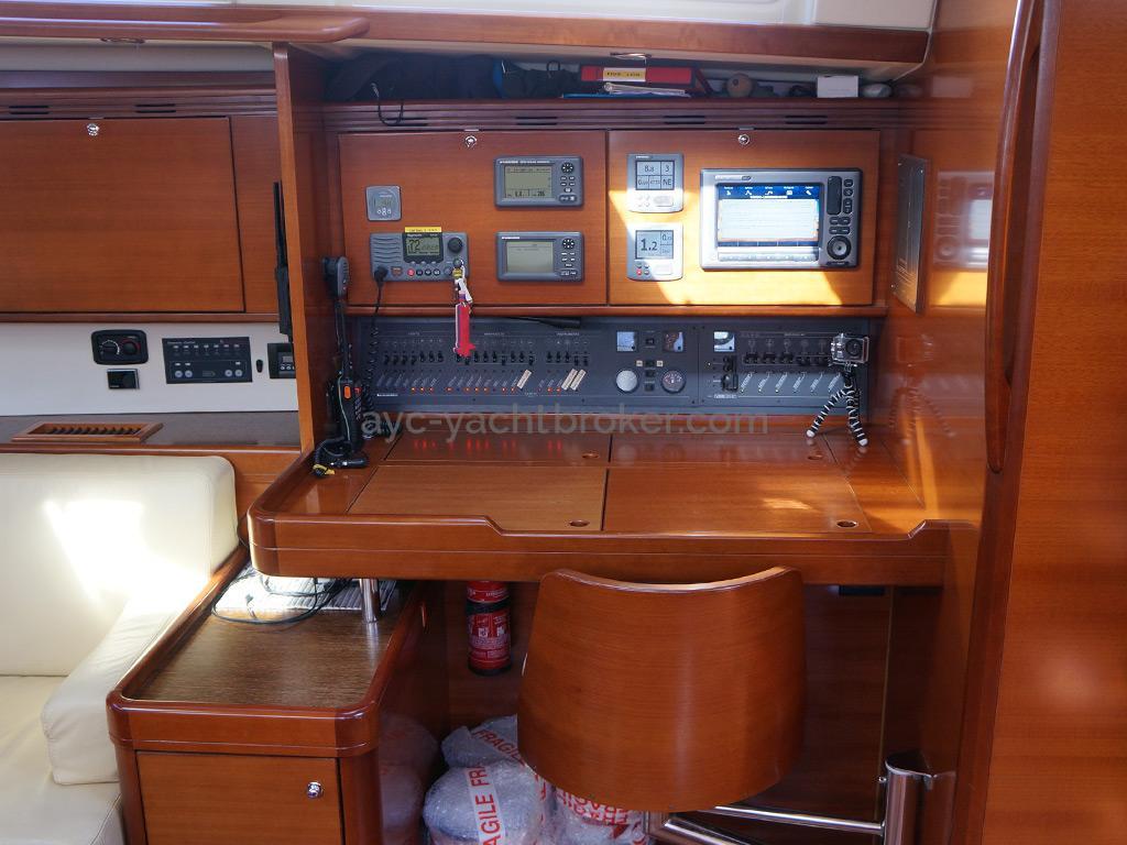 Dufour 485 Grand Large Custom - Table à cartes