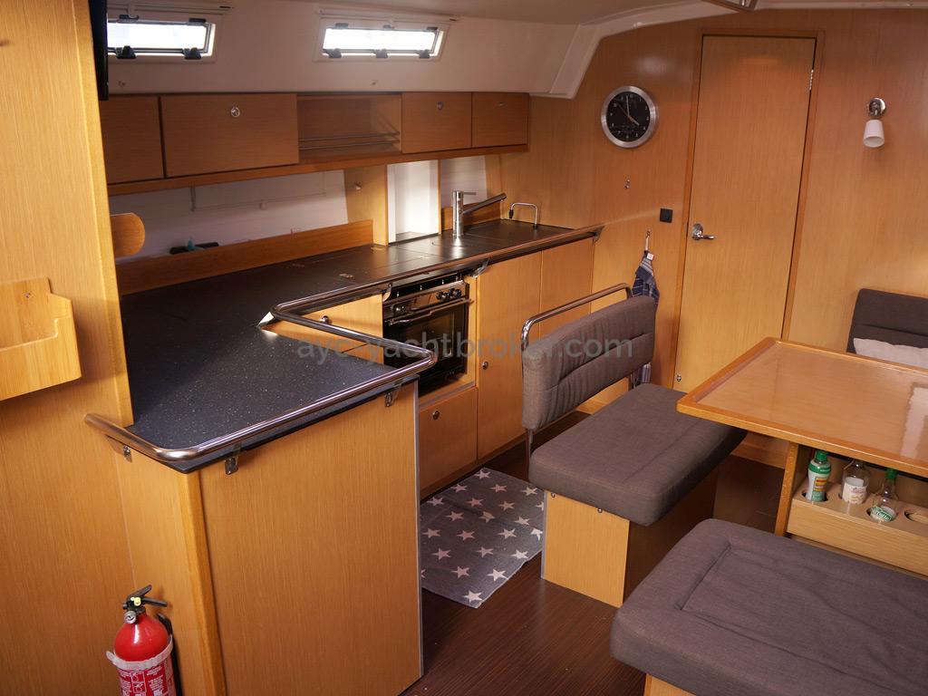 Bavaria 45 Cruiser - Cuisine en L bâbord
