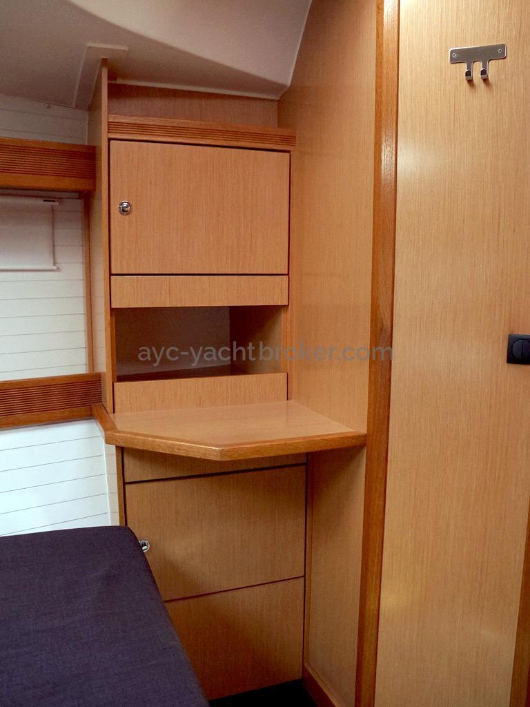 Bavaria 45 Cruiser - Coiffeuse et rangement tribord dans la cabine avant