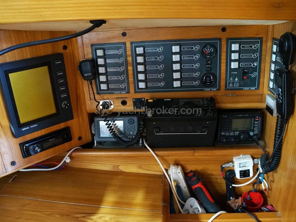 OVNI 385 - Electronique et panneau électrique à la table à carte