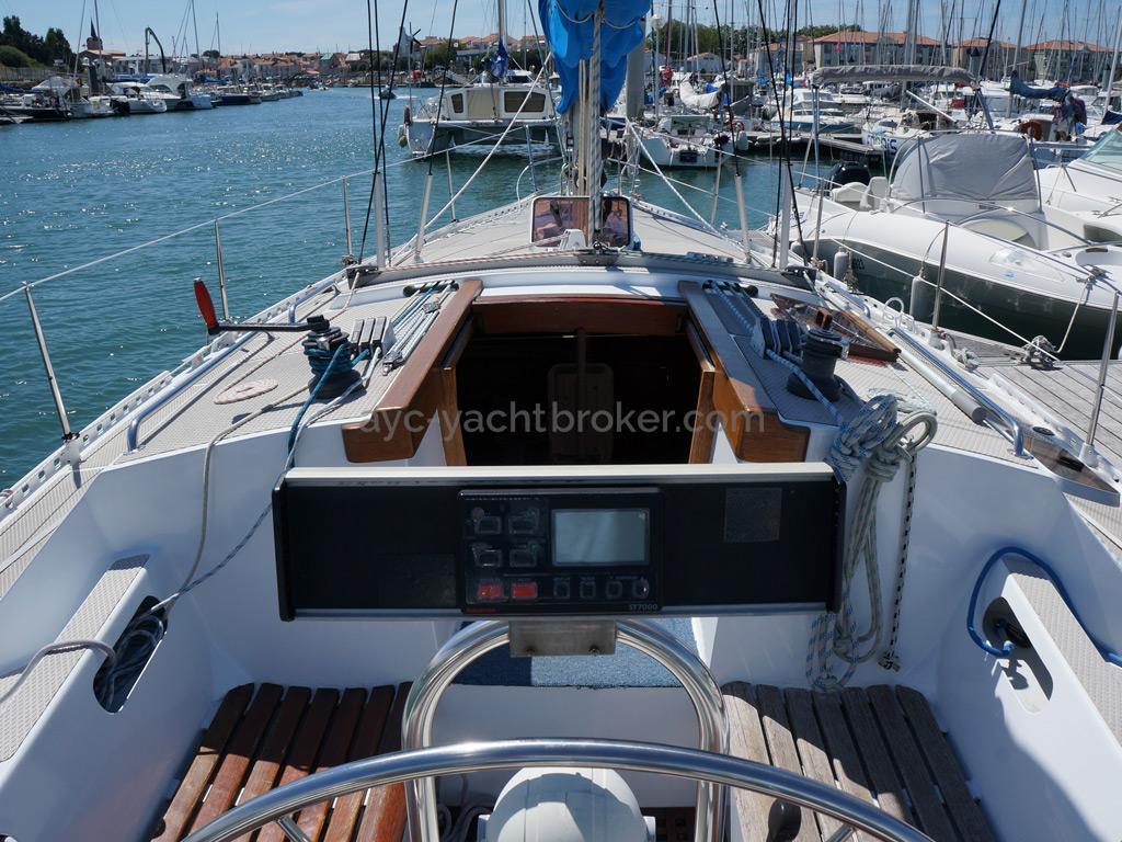 AYC Yachtbroker - OVNI 36 - Poste de barre