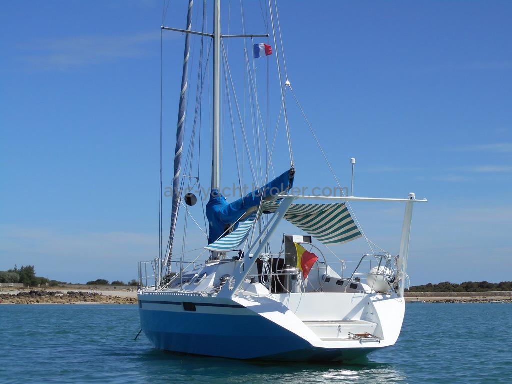 AYC Yachtbroker - OVNI 36 - Au mouillage