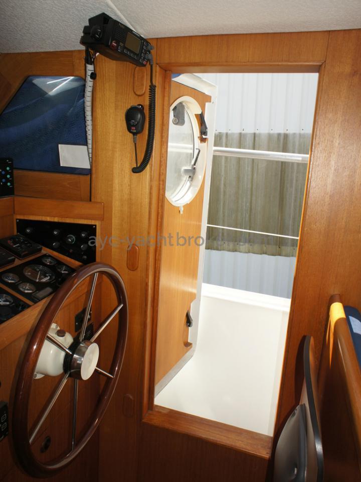 AYC Yachtbrokers - Trawler Meta King Atlantique - Porte étanche tribord